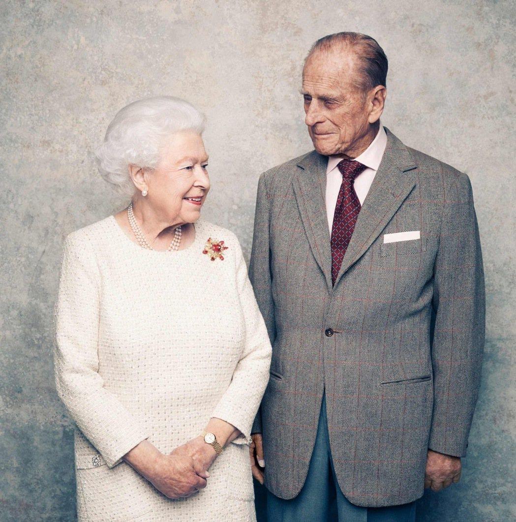 圖為2017年,女王伊莉莎白二世與王夫菲利浦結縭70週年的鉑婚紀念照。 圖/白金...