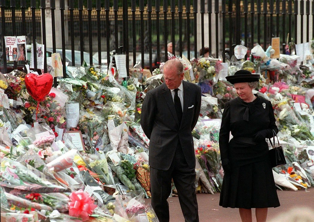 1997年9月,黛安娜王妃的喪禮,出席致意的女王與菲利浦。當時的英國內廷給黛安娜...