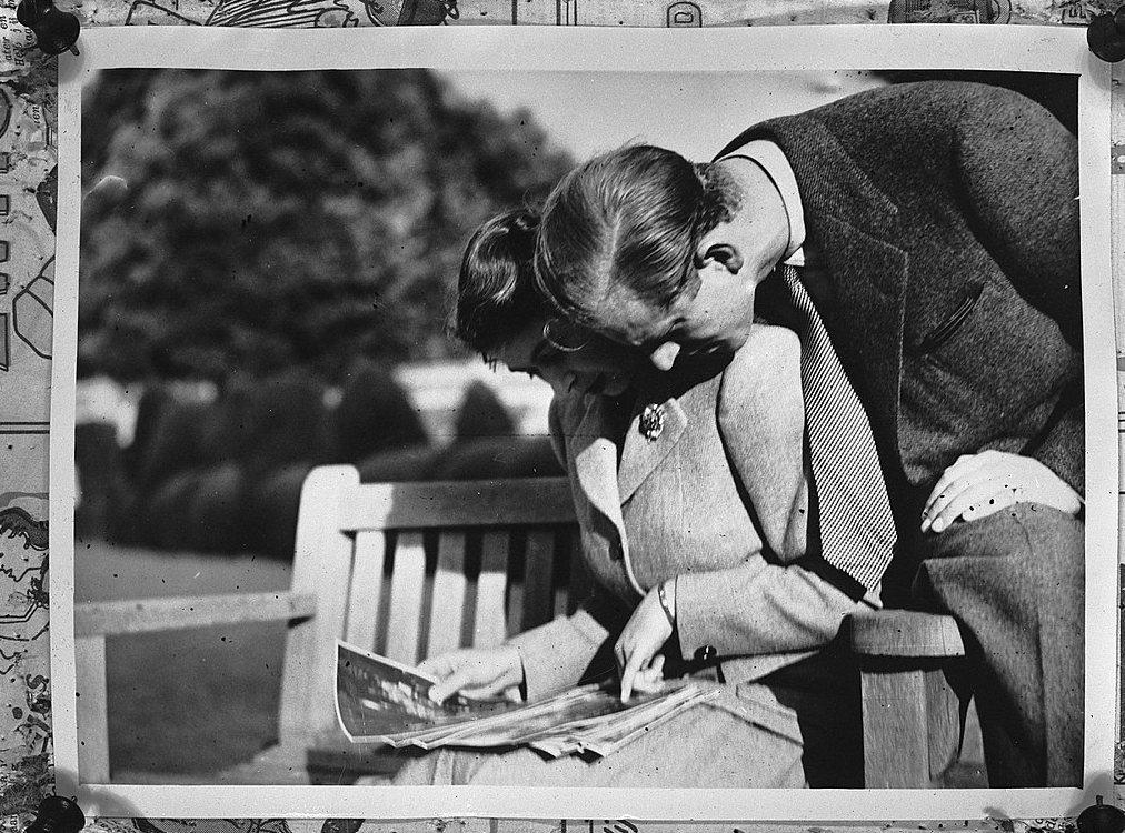 少了人生支柱之後,女王的日子恐怕會變得寂寞不少吧。圖為1947年,交往熱戀中的伊...