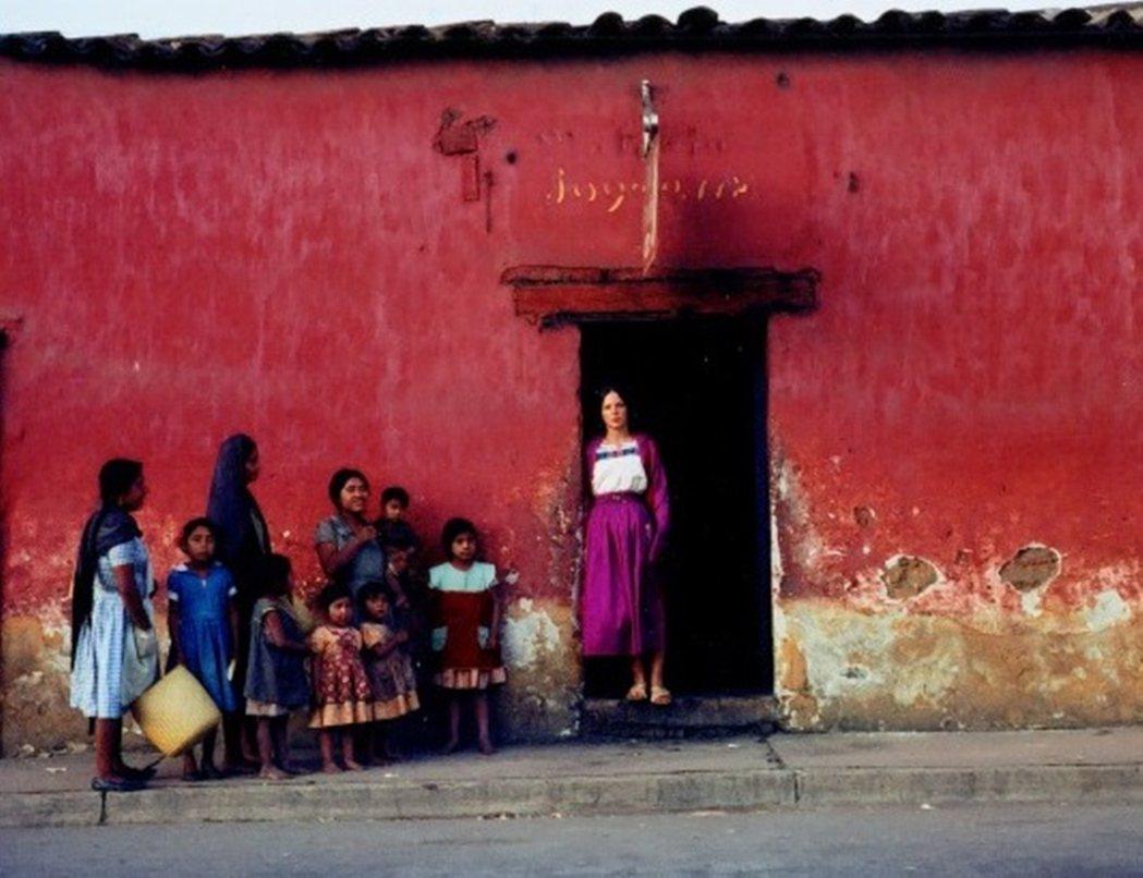 1960年代末,兩姐妹決定合組樂隊,一人吉他一人揚琴,跑到了世界另一頭的墨西哥賣...