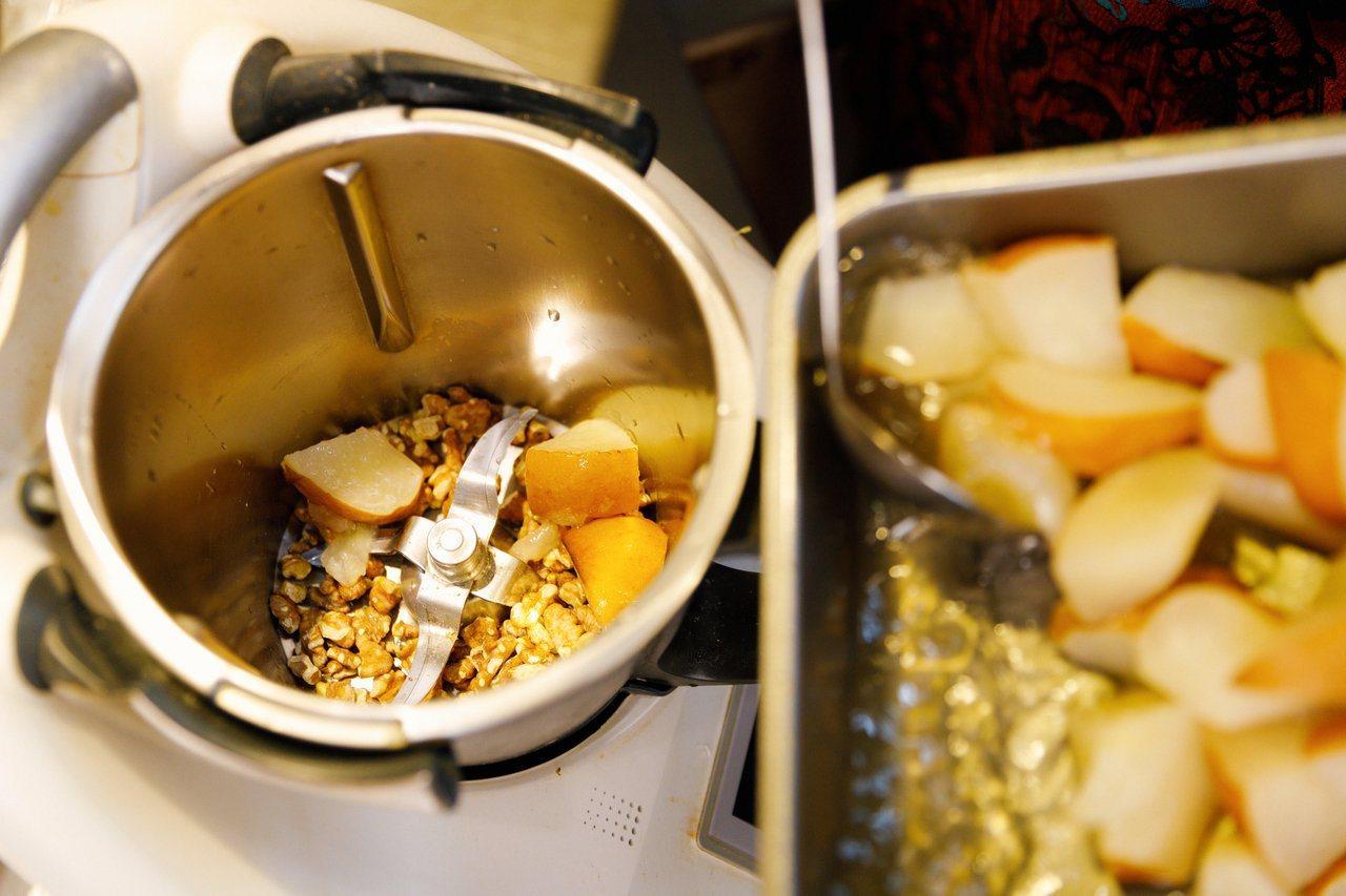 「杏仁水梨核桃飲」口感有水梨的甜氣和堅果的芳香,不額外加糖,適合要控制血糖的熟齡...
