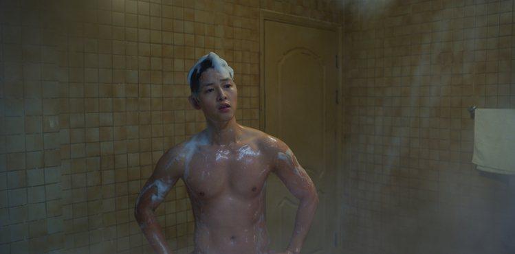 宋仲基在「黑道律師」第一集就脫衣露肌。圖/Netflix提供