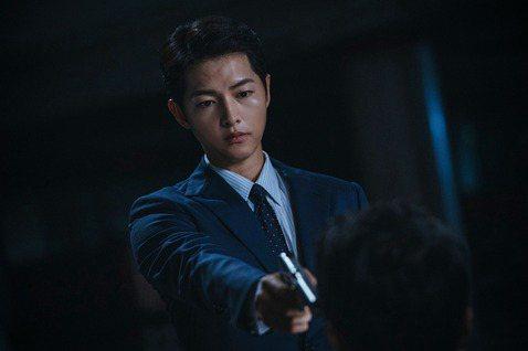 隨著韓劇劇情不斷刺激觀眾的視覺與心理,目前的韓劇還有另一個路線是將重點放在「強調男主角的魅力值」。最亮眼的代表作莫過於是現在熱播的《黑道律師文森佐》。在一開始的劇情設定上擘劃了男主角的強大的能力,可...