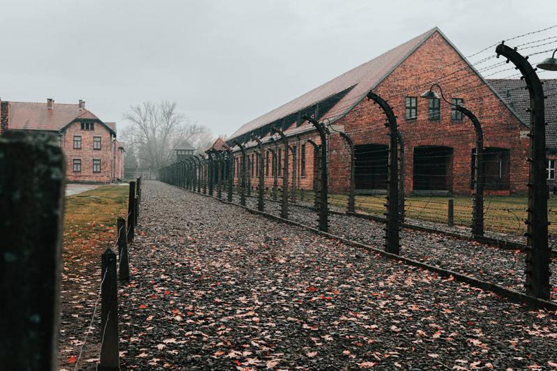 波蘭小鎮奧斯威辛,又譯「奧許維茲」,二戰期間納粹德國將其面積最大的集中營設置在市區西南側,即著名的奧斯威辛集中營。(圖/Unsplash)