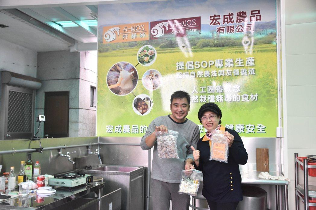 中心資深經理楊春桂(右)拜訪宏成農品有限公司。 臺東大學創新育成中心/提供。