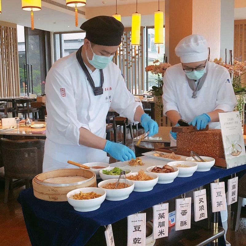 北投麗禧在寒食節期間早餐時段,提供潤餅餐車桌邊服務,讓住客自選喜愛的食材客製潤餅...