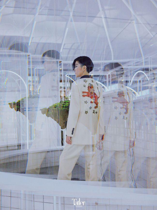DIY系列絲瓜領星座晚禮服西裝外套、長褲 both by Gucci。