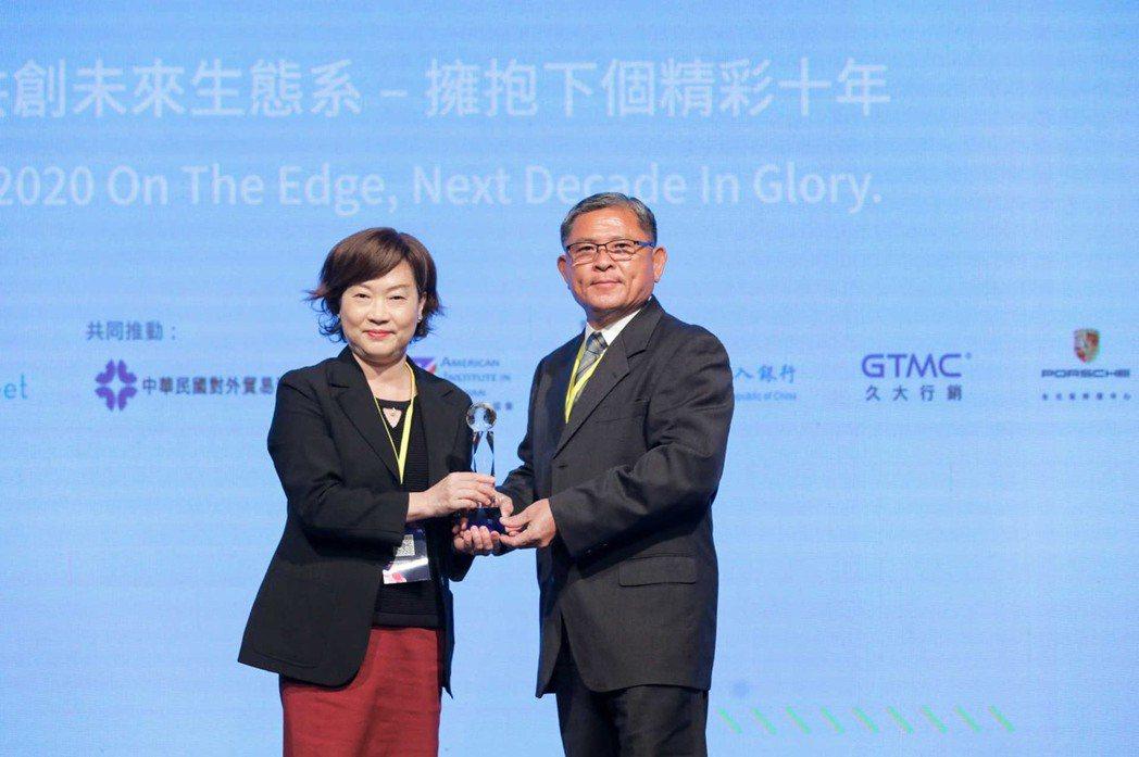 震南鐵線子公司(瑞滬)取得2020鄧白氏第七屆企業菁英獎,由董事長親自出席領獎。...