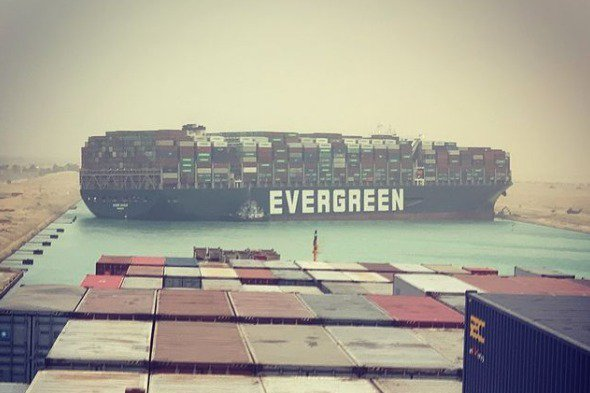 長榮貨輪「長賜號」23日擱淺在埃及蘇伊士運河,導致上百艘輪船大排長龍。事發當下,...