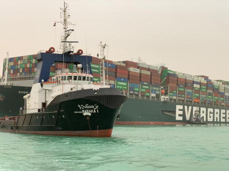 長榮貨輪「長賜號」(Ever Given)23日擱淺在埃及蘇伊士運河,導致上百艘輪船大排長龍。法新社