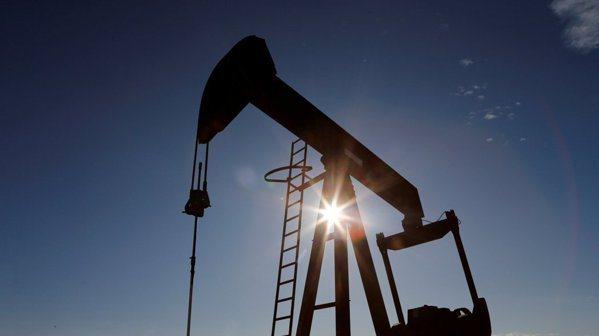 國際油價24日大漲近6%。路透