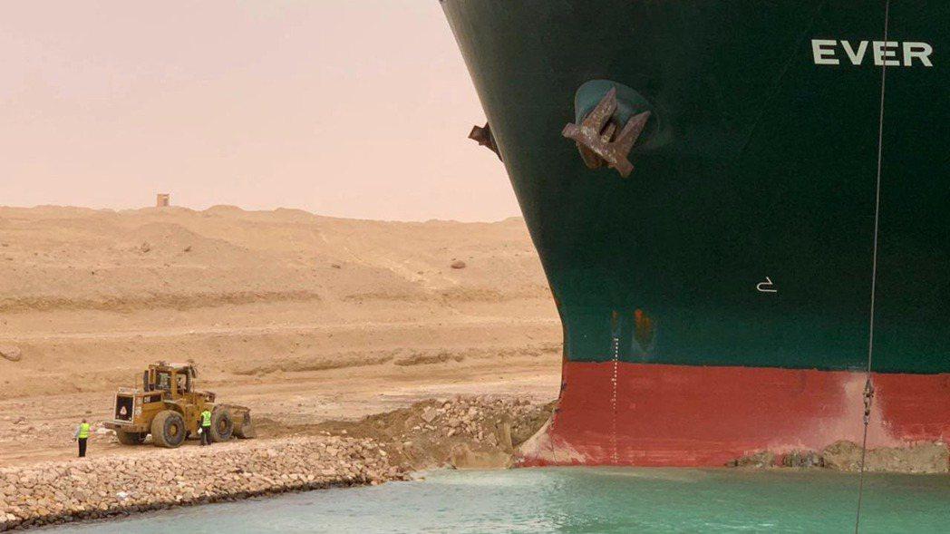 長榮貨櫃輪長賜輪在蘇伊士運河擱淺。  路透