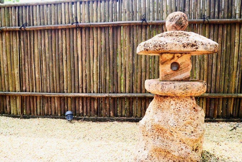 日式庭園一定會有的石燈。