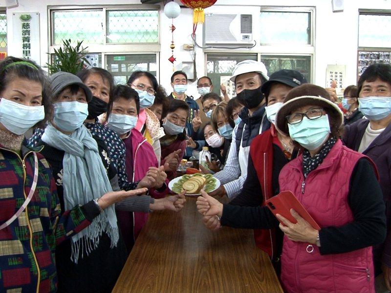 平溪菁桐社區「烘焙課」培養在地女性的一技之長,大家製作瑞士捲,認真學習成果豐碩。 圖/觀天下有線電視提供
