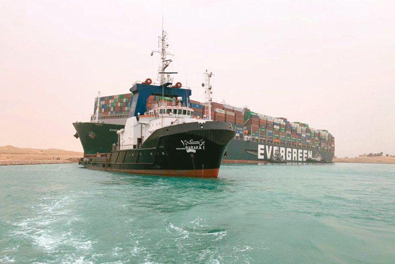 長榮貨櫃輪長賜號在蘇伊士運河擱淺,多艘拖船廿四日嘗試協助長賜號脫困。(法新社)