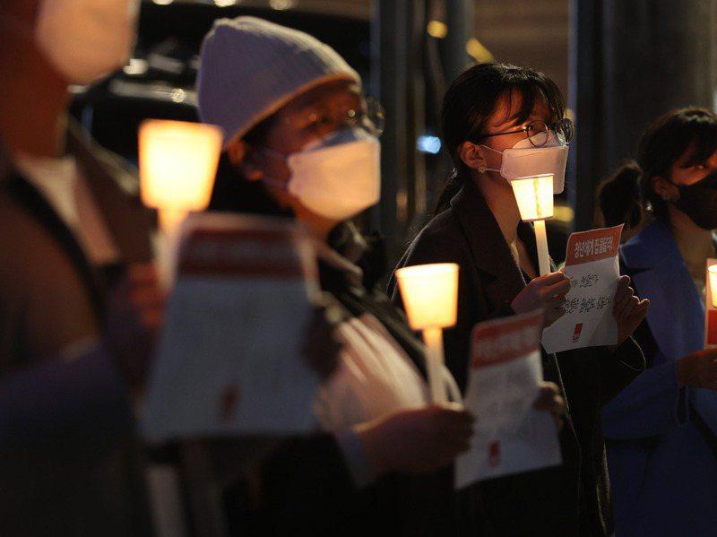 南韓LH職員違規炒皮地事件震驚全國,民眾15日在首爾舉辦燭光抗議活動,要求政府徹查。歐新社