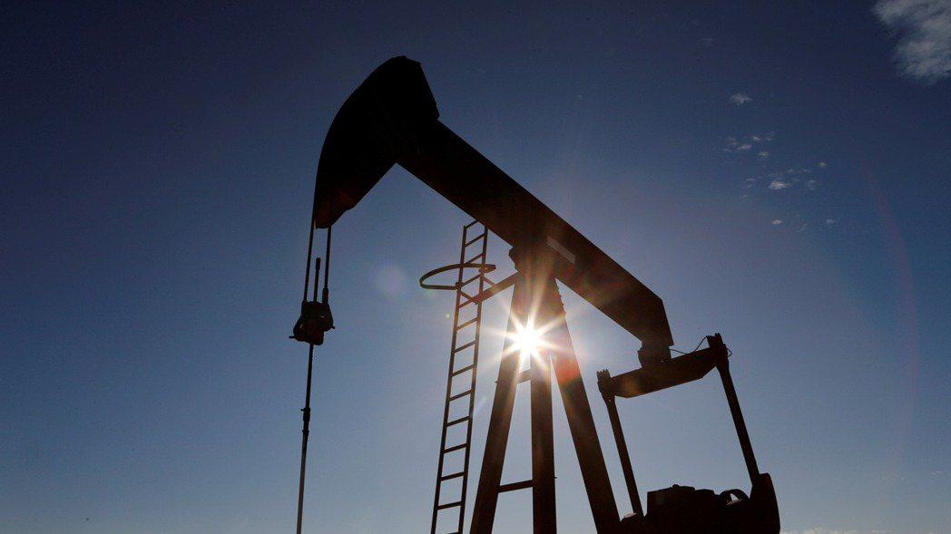 國際油價24日大漲近6%。(路透)