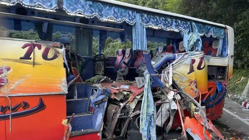 日前蘇花公路發生遊覽車撞山壁車禍事件。圖/消防局提供