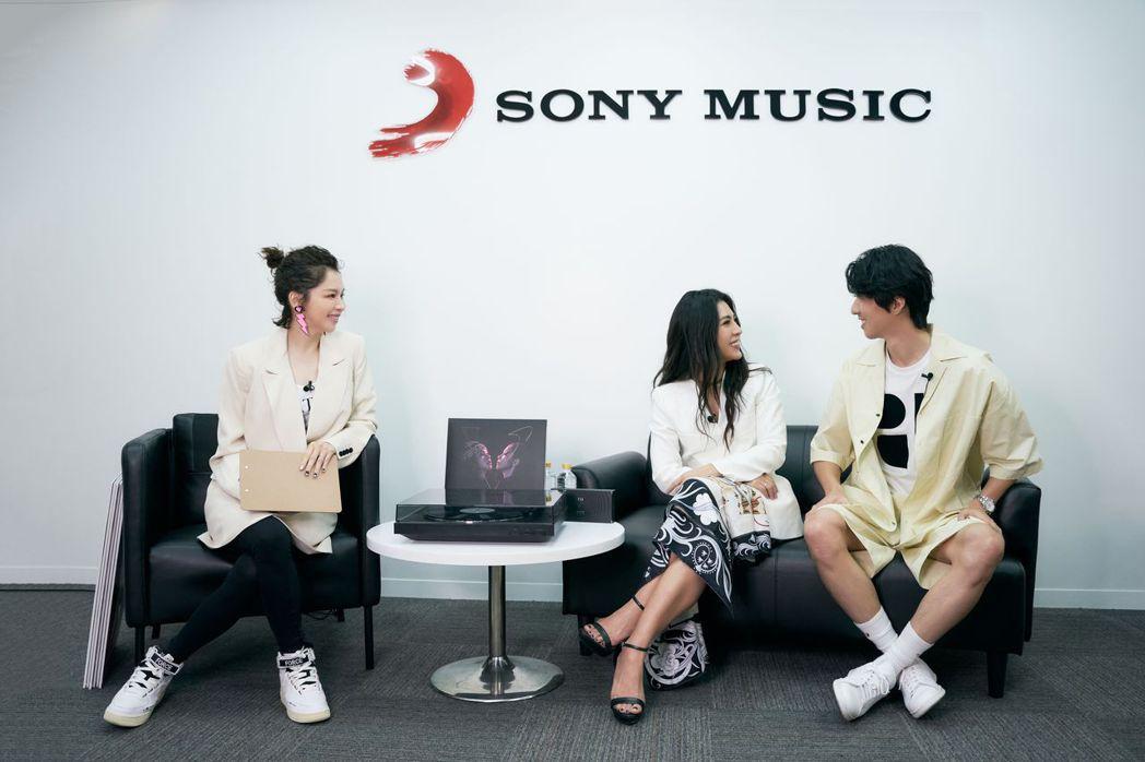 徐若瑄(左)搓破愛火,艾怡良(中)與傅孟柏對視10秒就破功。圖/索尼音樂提供