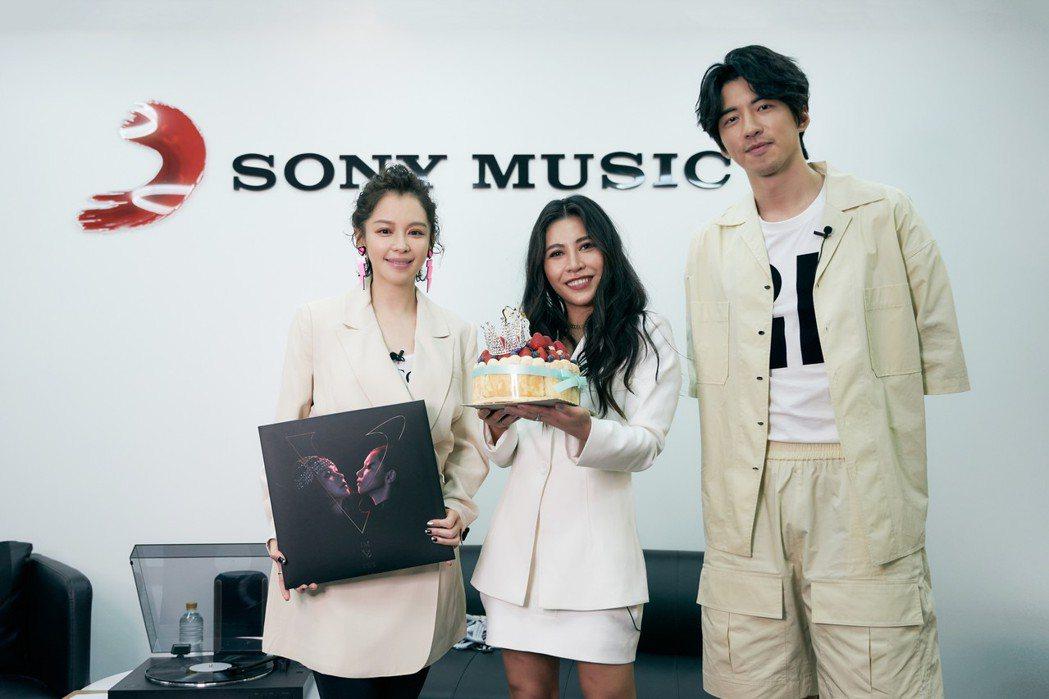 徐若瑄(左)為艾怡良(中)驚喜慶生,右為傅孟柏。圖/索尼音樂提供