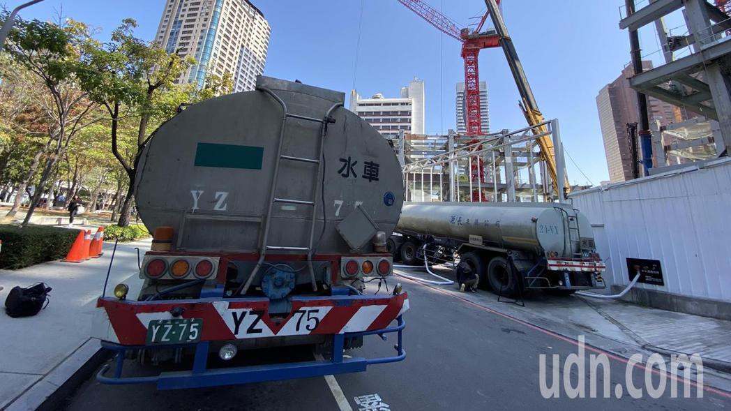 台積電25日派2輛水車到「勤美之森」建案工地取水。記者趙容萱/攝影