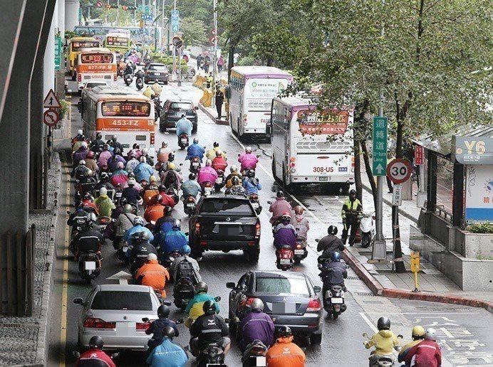 公車駕駛工時長、排班密集、壓力大,甚至造成交通事故,業者承諾改善勞動環境。圖/聯合報系資料照片