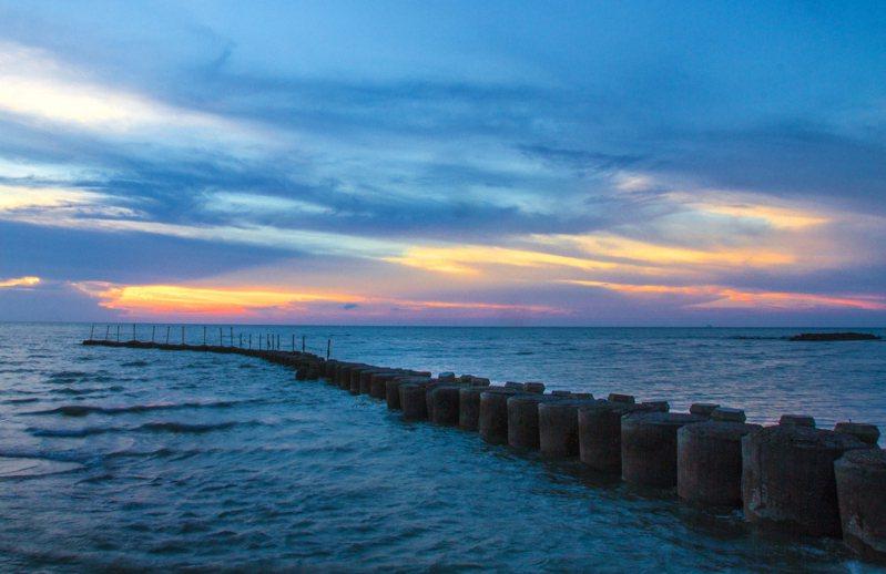 新豐鄉鳳坑漁港美景,縣府希望改善步道設施,吸引民眾前來遊玩,將新豐濱海地區打造成熱門景點。圖/縣府提供