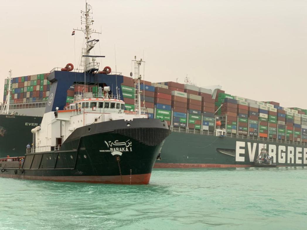 長榮貨輪「長賜號」(Ever Given)23日擱淺在埃及蘇伊士運河,導致上百艘...