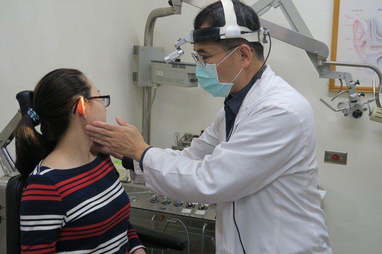 耳鼻喉科主任許嘉方用觸診摸出張姓婦女的右耳下方有硬塊。圖/彰化醫院提供