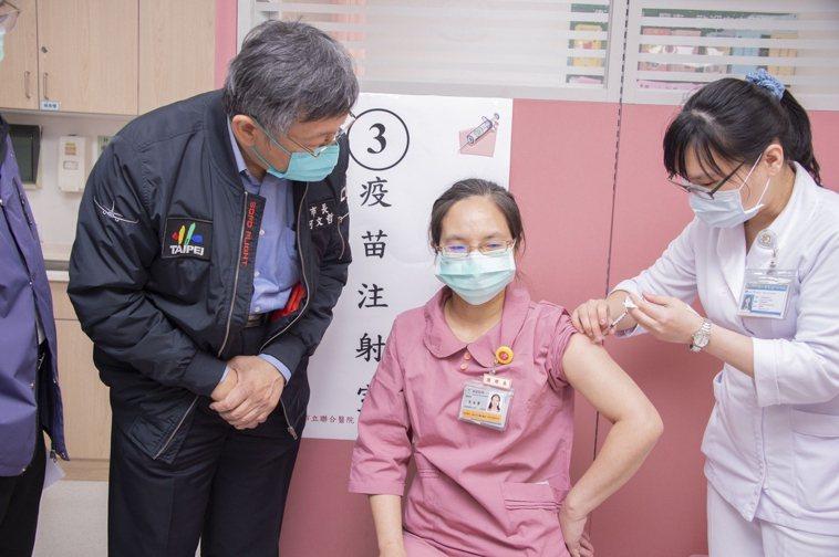 和平婦幼院區醫護人員接受施打。圖/北市衛生局提供