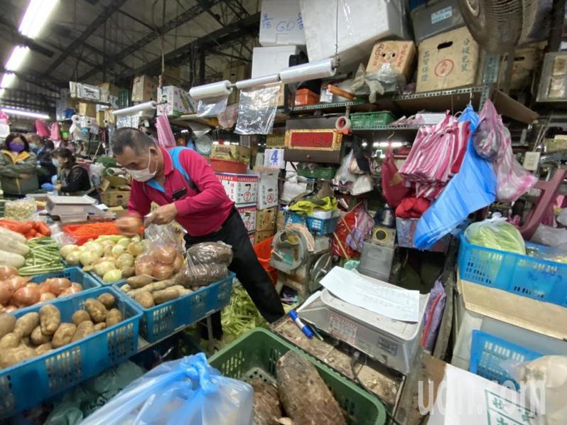 萬大魚類、第一果菜批發市場改建案遭質疑蓋許多非必要設施,北農強調沒有卡拉OK等設施;圖為台北第一果菜市場現況。記者鍾維軒/攝影