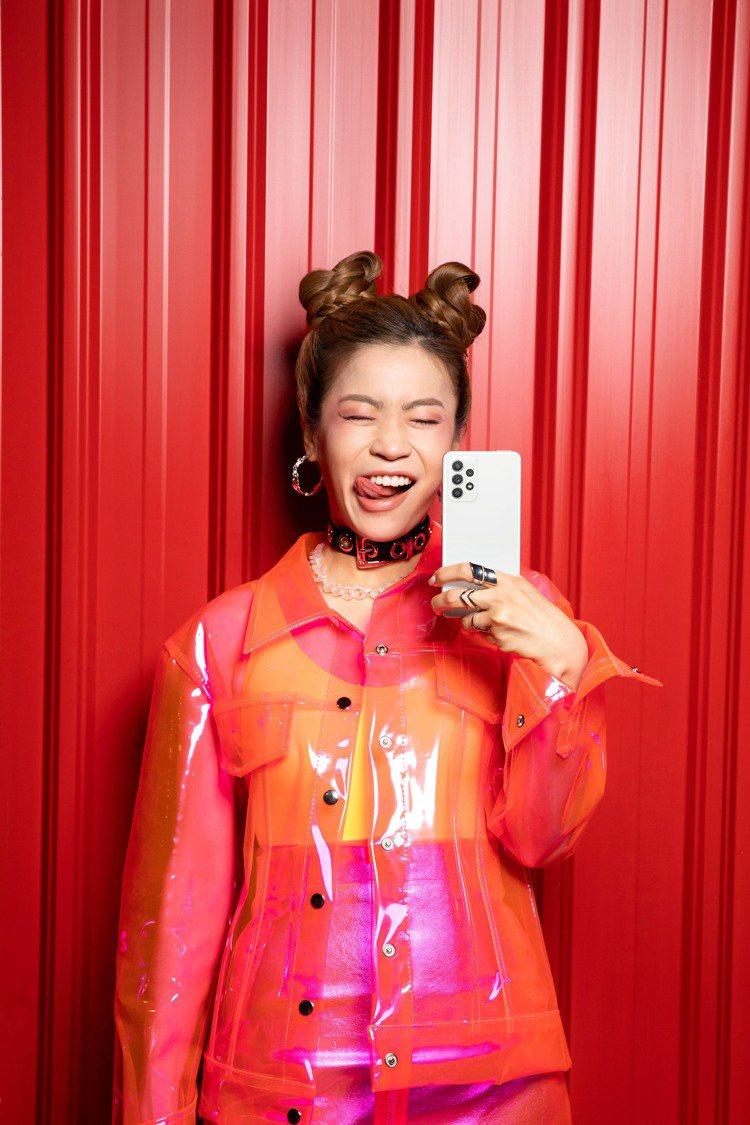 Zoe衛柔伊對Samsung Galaxy A52 5G電力表現大為驚艷。圖/三...