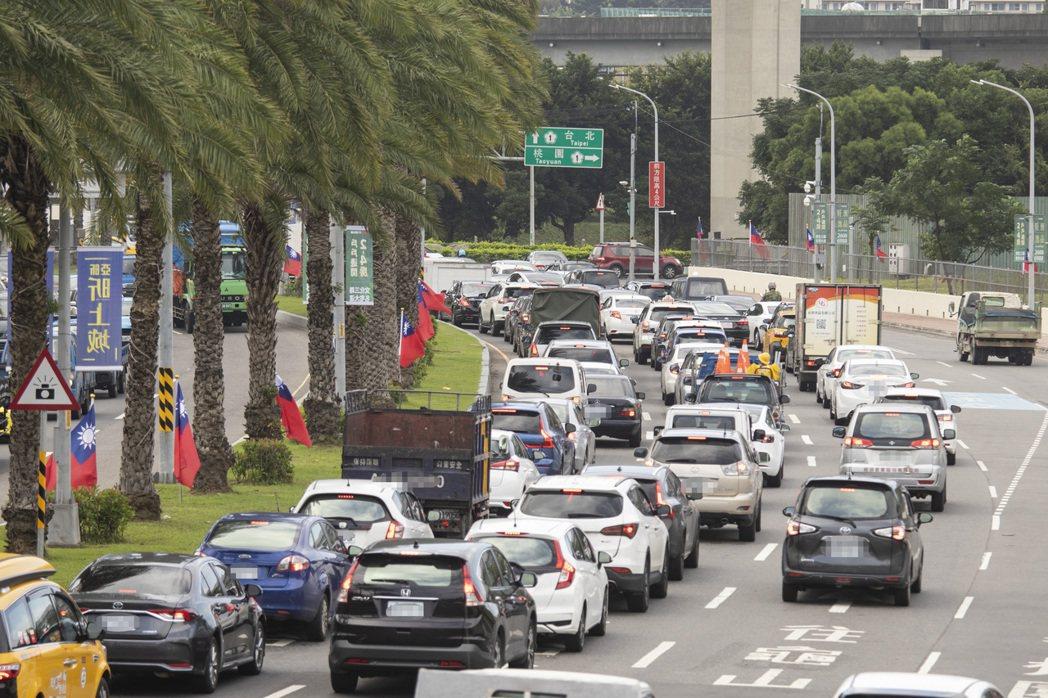 新北市汐止、淡水、林口等地區,每逢上下班時間或有交通意外時,就出現交通壅塞狀況。...