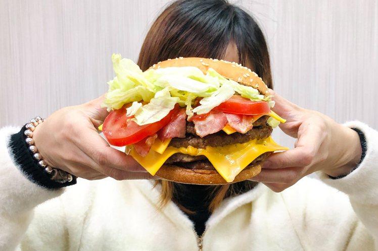 超級重磅牛肉堡使用4層牛肉,光牛肉就有約500公克的重量。圖/漢堡王提供