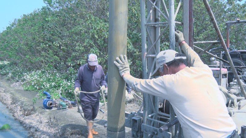 彰化縣洪姓農民雇工鑿井,深度比往年多一倍,鑿到地下40公尺才有水。記者簡慧珍/攝影