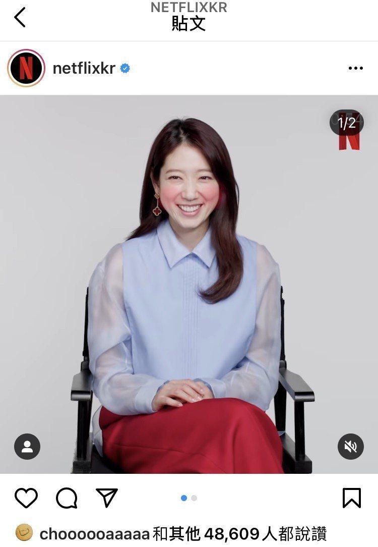 朴信會拍攝NETFLIX宣傳影片時也穿天空藍設計襯衫60,900元、樞機紅西褲3...