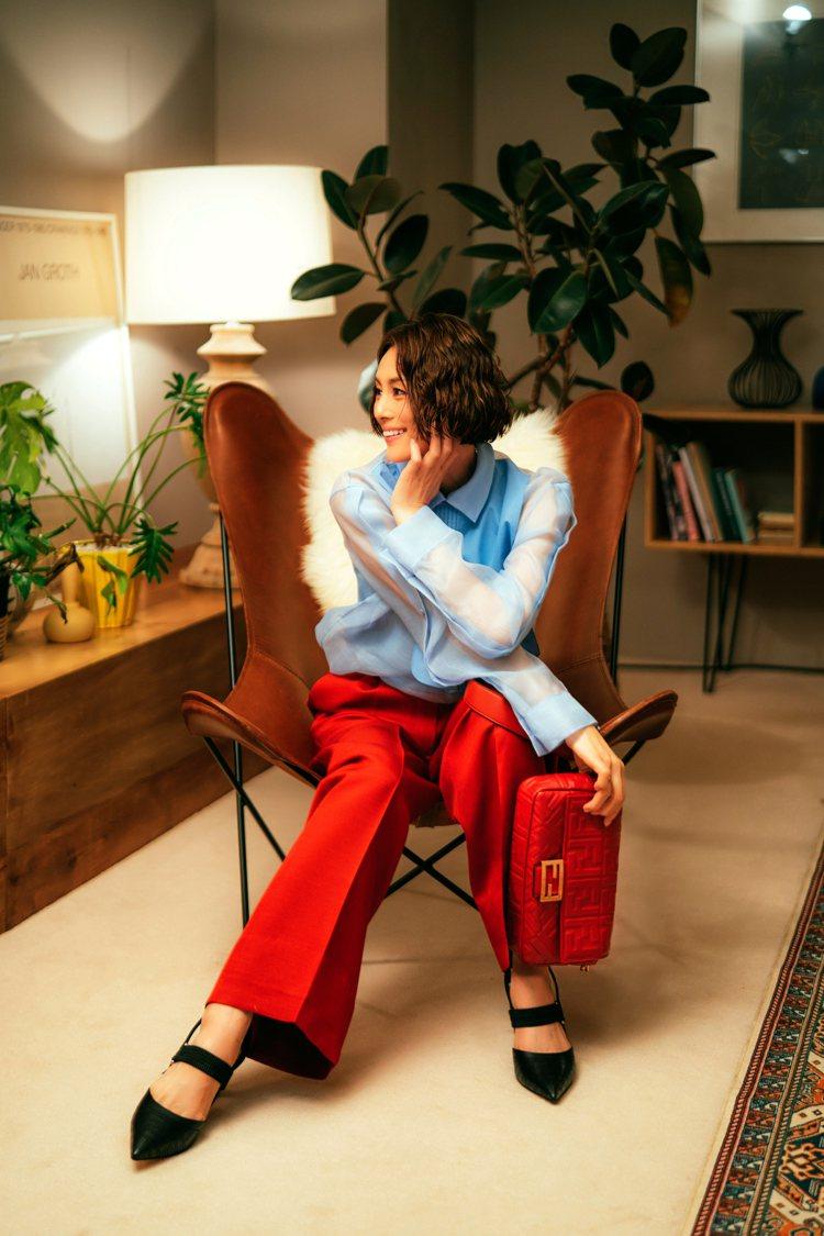 FENDI日本代言人米倉涼子穿天空藍設計襯衫60,900元、樞機紅西褲39,00...