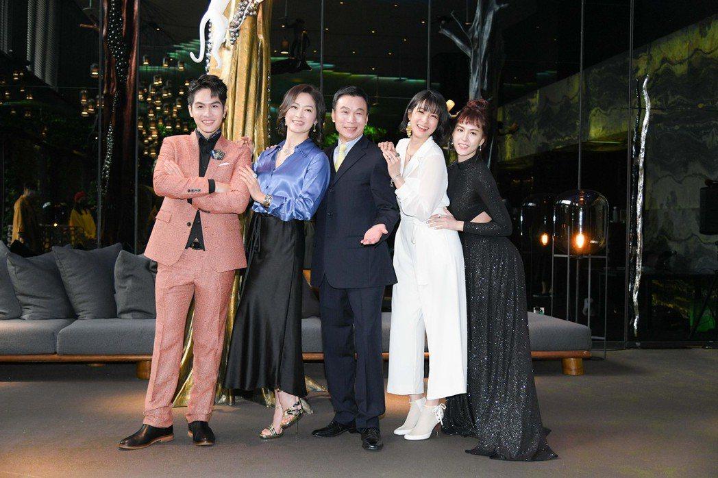 魏蔓(右起)、賴雅妍、李天柱、劉瑞琪、林孫煜豪在「三隻小豬的逆襲」中飾演豪門一家...