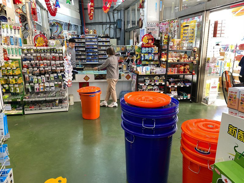 台中市南屯區黃姓生活五金大賣場業者說,店內水桶賣到只剩櫃台前面這幾個,舀水用的塑膠水瓢也意外熱賣。記者趙容萱/攝影