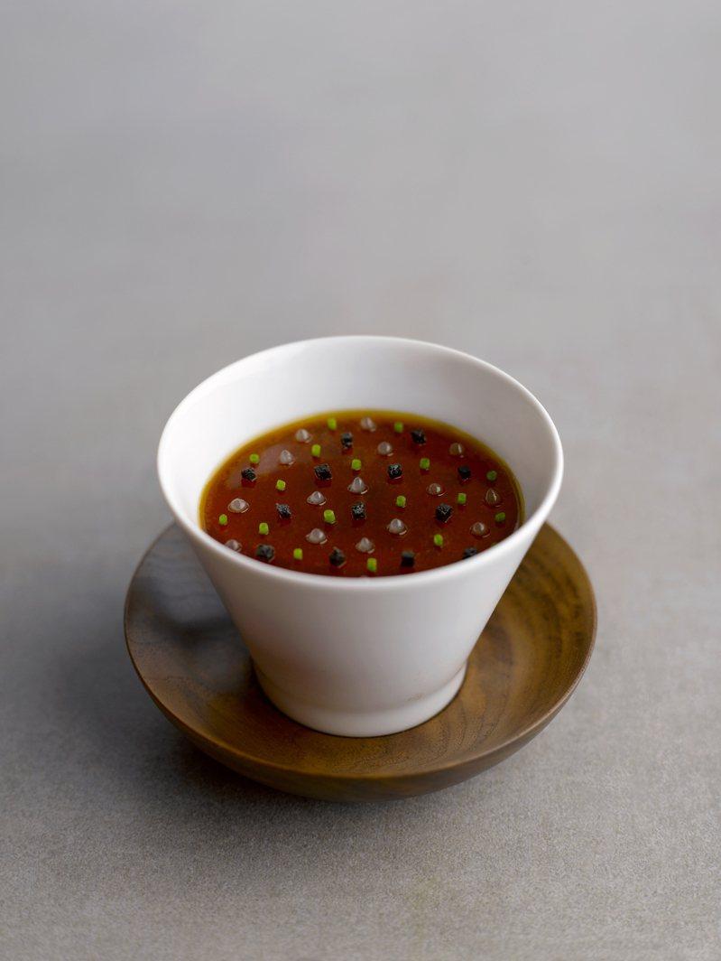 「經典黑松露鴨肝暖凍」是江振誠於1997年時在法國「感官花園」餐廳所創作的第一道菜色,這道菜也奠定了江振誠的料理風格。圖/RAW提供。
