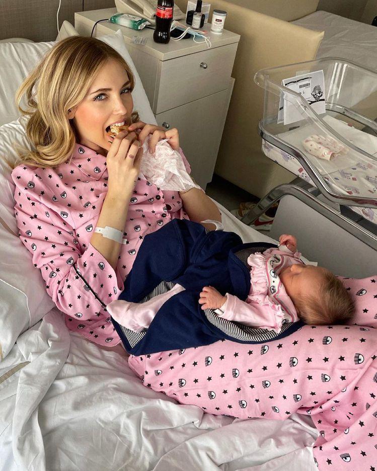 Chiara Ferragni和小女兒Vittoria都穿了她自創品牌的粉紅色眨...