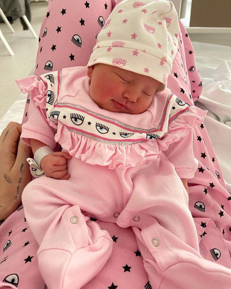 小女兒Vittoria穿了媽媽自創品牌的粉紅色眨眼包屁衣。圖/取自IG