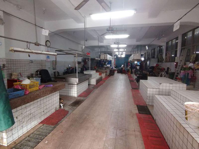 超過50年歷史的新北市中和區員山公有市場如今只剩3攤營業,十分冷清。記者吳亮賢/攝影