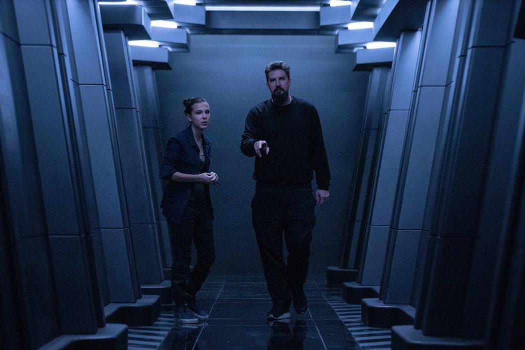 「哥吉拉大戰金剛」導演亞當溫高德(右)與前集女主角米莉巴比布朗(左)有精彩合作。...