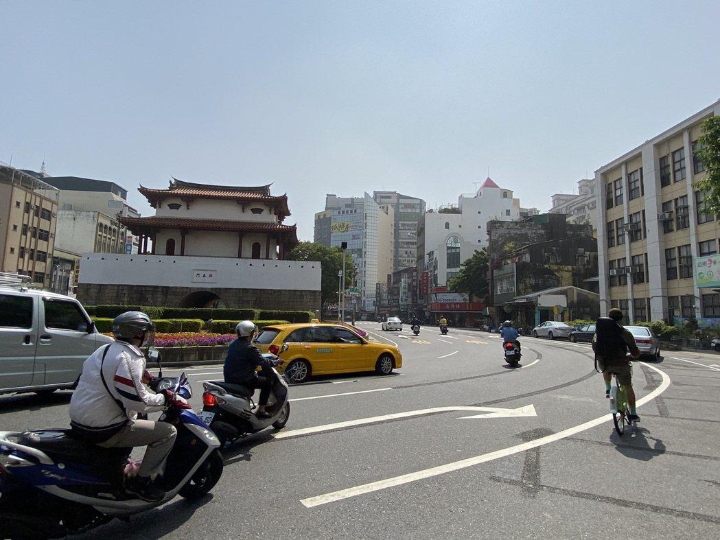 台南東門城圓環無交通號誌,過去常發生繞行圓環的機車與右轉出圓環的汽車碰撞,交通局...