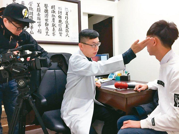趙昭明是知名皮膚科醫師,門診病患絡繹不絕。圖/趙昭明提供