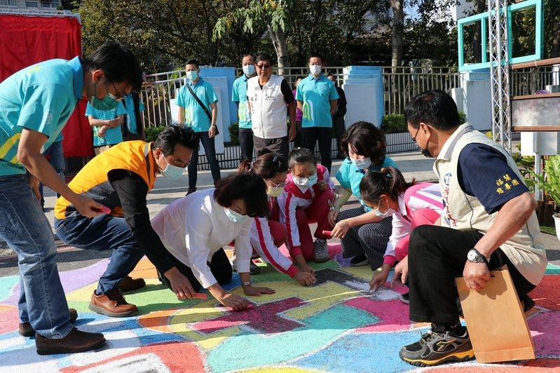 興嘉國小師生用粉筆在校園地上畫出嘉義市。圖/嘉義市政府提供