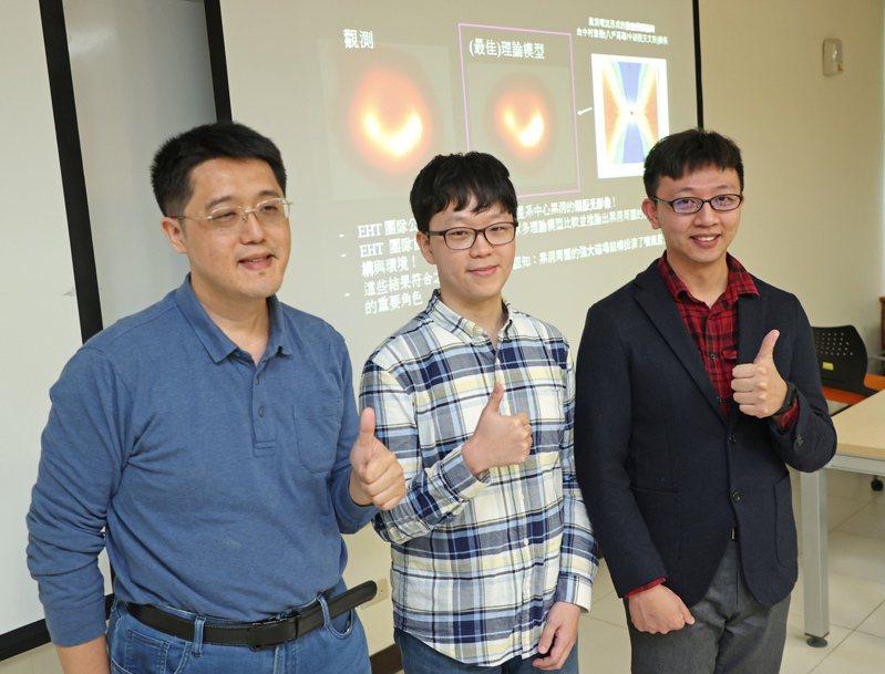 中研院天文所東亞核心觀測聯盟朴鍾浩(中)、師大助理教授卜宏毅(右)及中山大學物理系助理教授郭政育(左)昨出席記者會,公布M87星系偏振光影像。記者潘俊宏/攝影