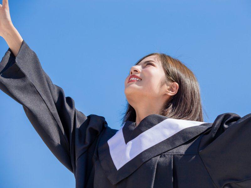 ▲許多學生時期的情侶,往往畢業之後就分手了。