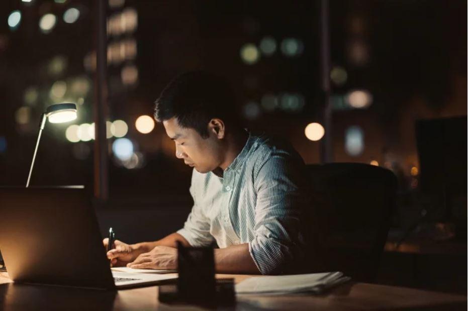 台灣不少底層白領常態加班,薪資又很微薄。此為示意圖,圖/Shutterstock